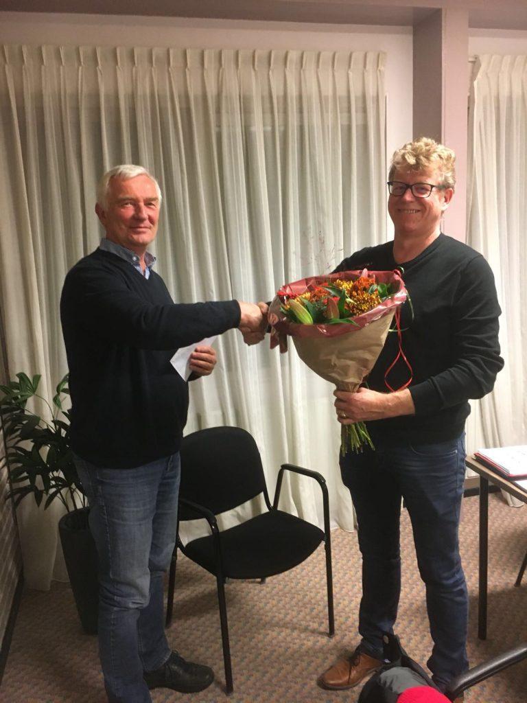 Roel ontvangt attentie en bloemen uit handen van voorzitter Remko Hendriks