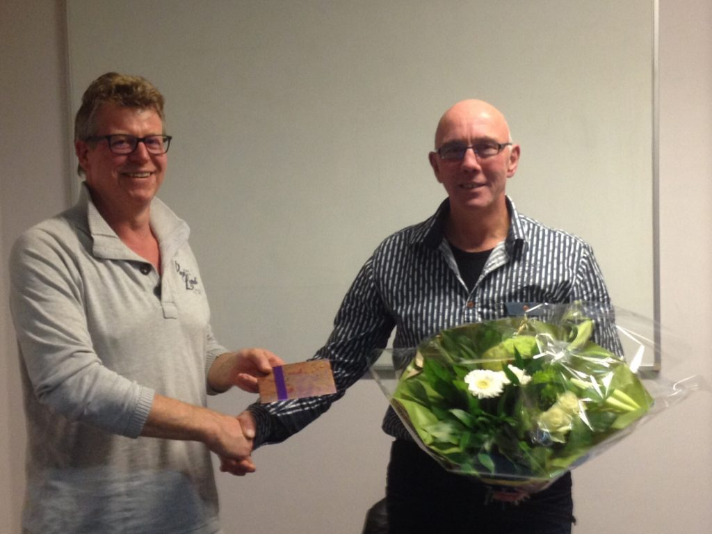 Voorzitter Remko Hendriks bedankt Geu Dekker voor zijn inzet